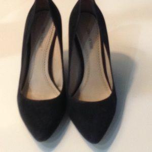 Pour la Victore Black Suede platforms size 6.5